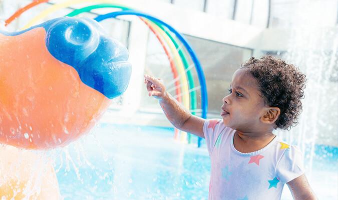 enfant dans l'aire de jeux aqualudique